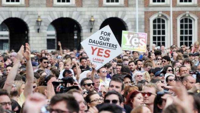 Una multitud celebra en la calle la victoria del 'sí' en el referéndum sobre la reforma del aborto en Irlanda.