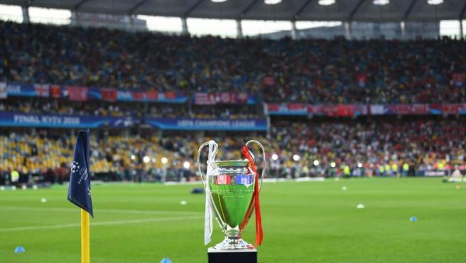 La copa de la Champions, ya en el estadio ante de la gran final de Kiev.
