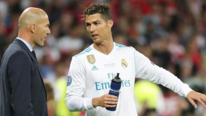 Cristiano Ronaldo, con Zidane, en la final de la Champions.