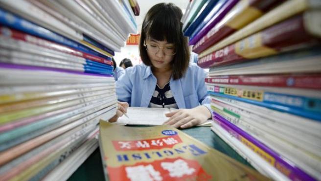 Una estudiante de secundaria estudia para el examen anual Gaokao o de entrada a la universidad, en Handan (China).
