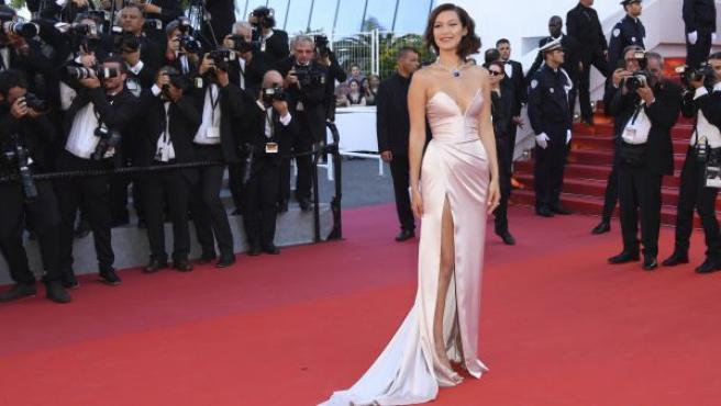La modelo Bella Hadid con un vestido largo abierto lateralmente y un escote de corazón.