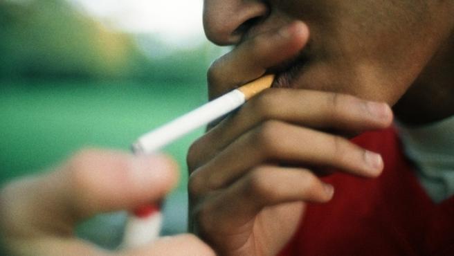 Un joven fumando.