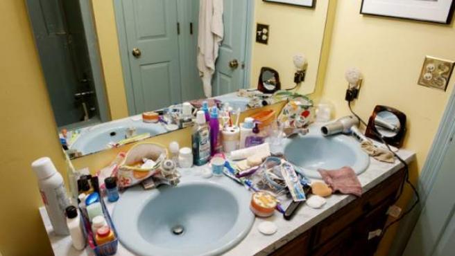 Baño con utensilios de higiene y de belleza, como el secador.