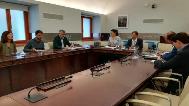 Reunión de la consejera de Hacienda y los grupos en la Asamblea