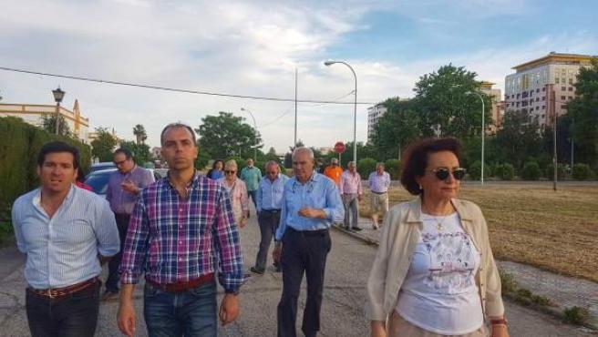 Javier Millán, durante su visita a la barriada de Pineda