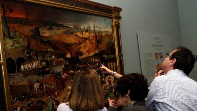 El Museo del Parado ha presentado de la restauración de 'El triunfo de la muerte', de Pieter Brueghel el Viejo, considerada como la más significativa representación figurativa de la muerte en su acción demoledora, inspiración de muchas obras posteriores y que ahora vuelve a exponerse en sala.