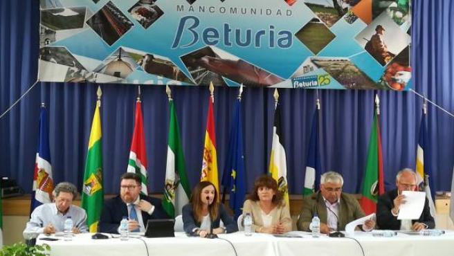 Los consejeros de Economía y de Agricultura participan en una mesa en El Granado