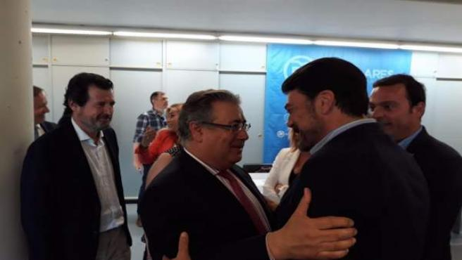 Juan Ignacio Zoido saluda al alclade de Alicante, Luis Barcala