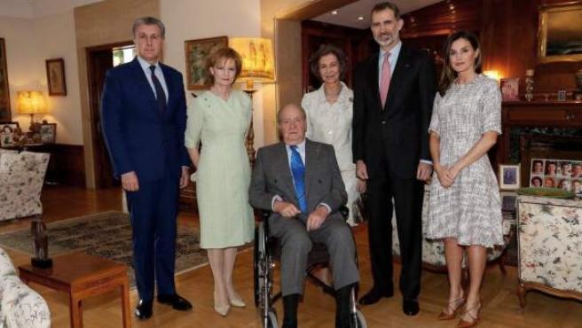 El rey Felipe VI y Letizia, acompañados por los reyes Juan Carlos y Sofía después del almuerzo en el almuerzo en la Zarzuela.