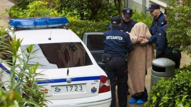 Agentes de la Ertzaintza trasladan a un arrestado en una imagen de archivo.