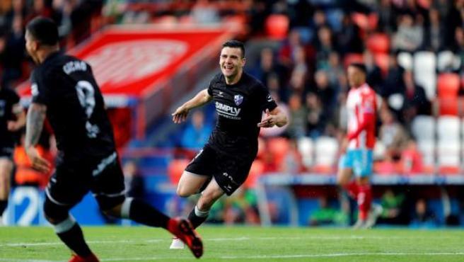 El delantero del Huesca Álex Gallar celebra el primer gol de su equipo ante el Lugo.