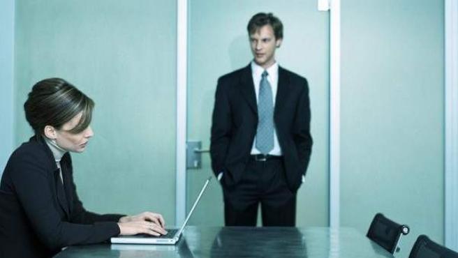 Una empleada, ante su jefe, en una imagen de archivo.