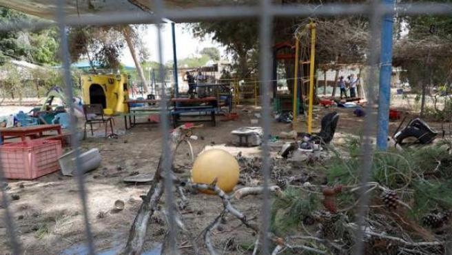 Destrozos en el patio de una guardería de un kibutz situado junto a la frontera con Gaza, causados por un proyectil lanzado desde la Franja, según el Ejército israelí.