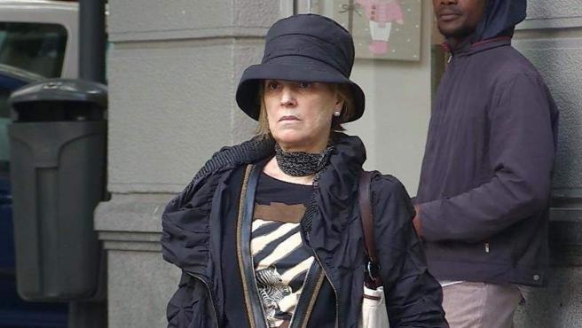 Rosalía Iglesias, esposa del extesorero del PP Luis Bárcenas, a su salida de su domicilio en Madrid, después de que la Audiencia Nacional dictara prisión para su marido por el caso Gürtel.