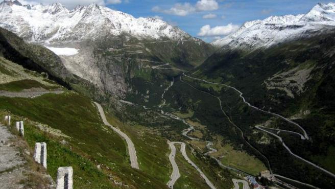 <p>Puerto de montaña que conecta Andermatt con Gletsch y que se caracteriza por ser una carretera retorcida, llena de curvas cerradas y unos paisajes de impresión, especialmente del glaciar Ródano. Es una ruta que suele ser muy valorada por los moteros.</p>