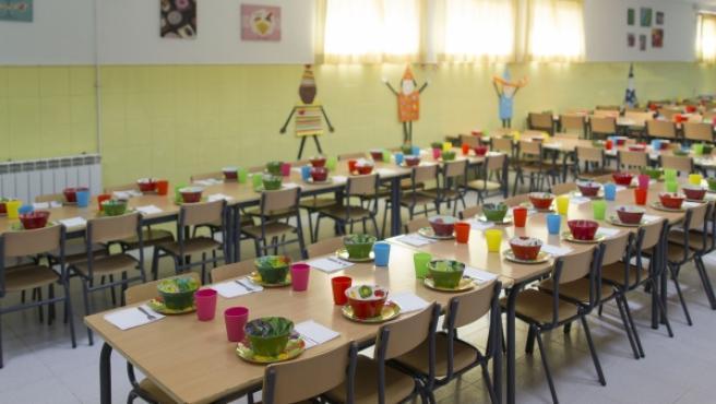Un comedor escolar dispuesto para recibir a los niños.