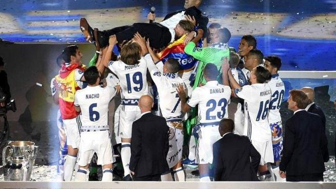 Los jugadores del Real Madrid mantean al técnico francés del equipo blanco, Zinedine Zidane, durante la celebración del equipo en el estadio Santiago Bernabéu tras conseguir la duodécima Liga de Campeones.
