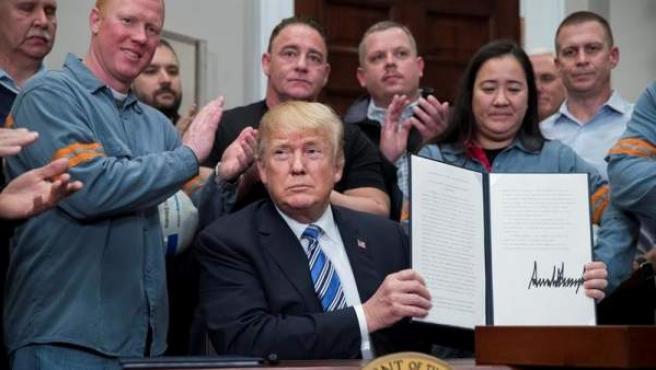 El presidente de EE UU, Donald Trump, tras firmar la proclama presidencial sobre las tarifas a las importaciones de aluminio, en la Casa Blanca.