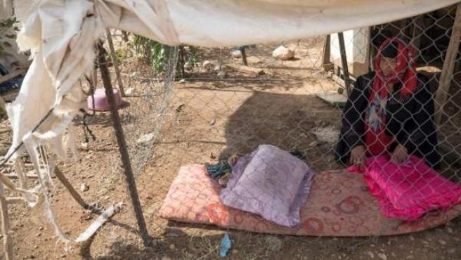 Una mujer, en el poblado beduino de Jan al-Ahmar (en Cisjordania, Palestina), cuya demolición ha sido aprobada por el Tribunal Supremo israelí.