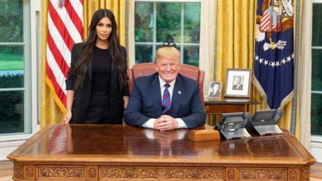 El presidente de los EE UU, Donald Trump, con Kim Kardashian en el Despacho Oval de la Casa Blanca.
