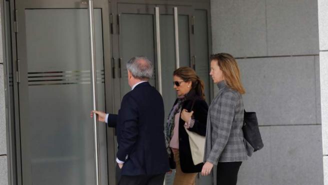 Rosalía Iglesias (c), mujer del extesorero Luis Bárcenas, a su llegada a la Audiencia Nacional