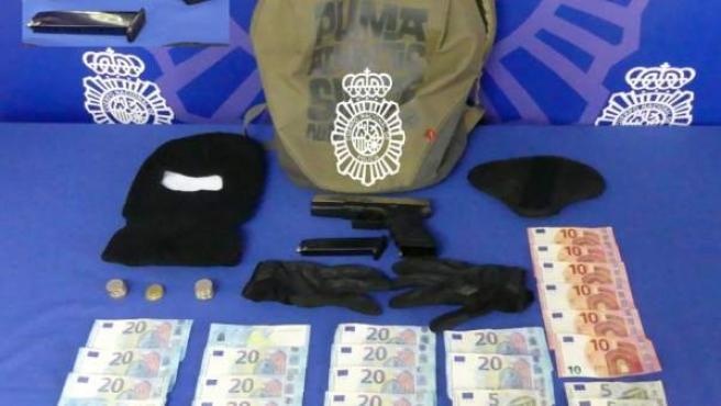 Dinero y armas incautados