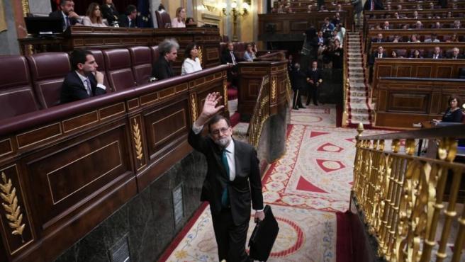 Rajoy abandona el Congreso durante la primera jornada de la moción de censura presentada contra él.