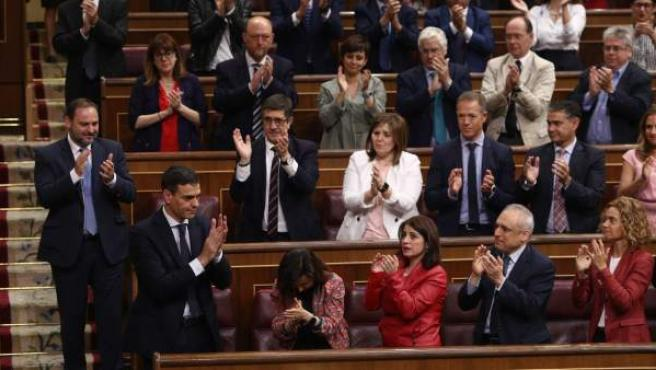 Los diputados socialistas aplauden a Pedro Sánchez tras ser elegido presidente al salir adelante la moción de censura.