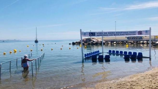 Estructuras en playas de Fuengirola para perosnas mayores