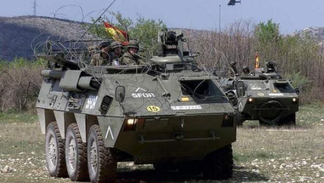Imagen de dos vehículos blindados BMR del Ejército Español.
