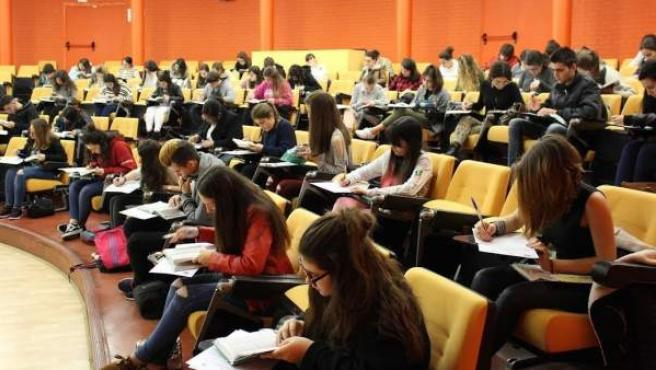 Imagen de archivo de estudiantes universitarios.