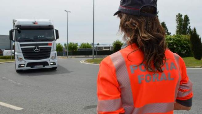 Agente de Policía Foral en un control de tráfico