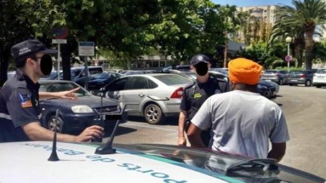 La Policía Portuaria detiene a un hombre por vender artículos sin autorización
