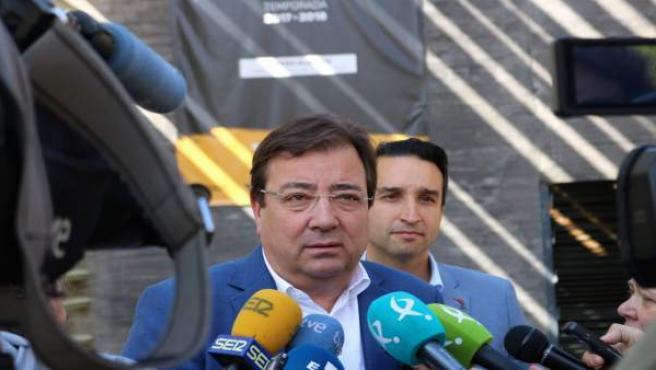 Fernández Vara atiende a los medios de comunicación