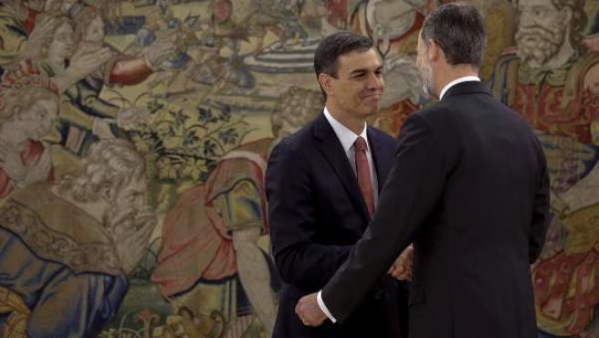 Pedro Sánchez saluda al rey tras tomar posesión como presidente del Gobierno.