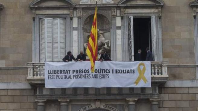 Trabajadores de la Generalitat colocan en el balcon del Palau una pancarta pidiendo la libertad de los politicos presos tras el acto de posesión del nuevo Govern que se ha celebrado en el Palau de la Generalitat.