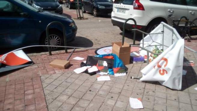 Papeletas informativas por el suelo y la mesa de Ciudadanos rota.