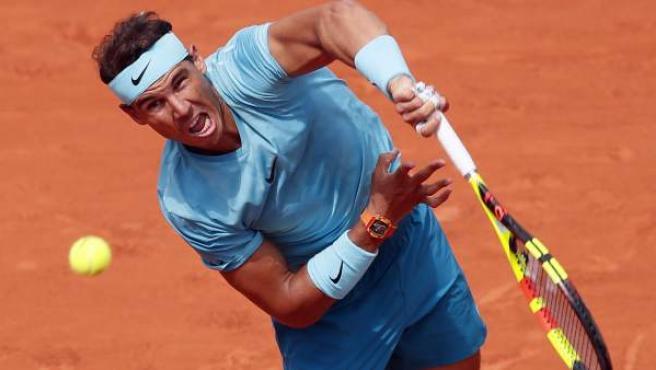 Rafa Nadal saca en su partido ante Gasquet en Roland Garros.