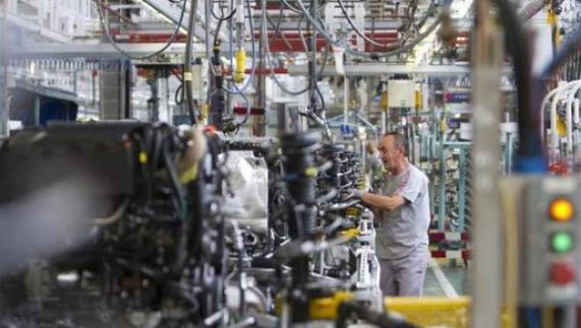 Un empleado de la empresa automovilística Citroën en la cadena de montaje.