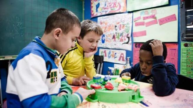 Varios niños en un colegio.