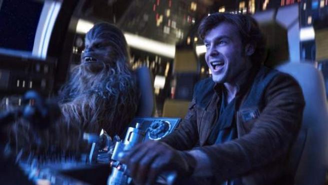 Alden Ehrenreich, como Han Solo, junto a Chewbacca, en 'Han Solo: Una historia de Star Wars'.