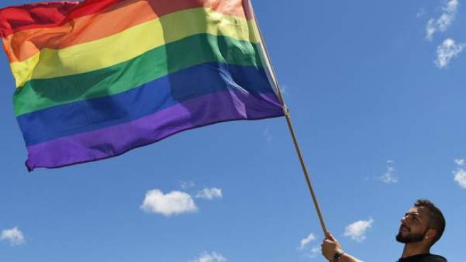 Un hombre ondea una bandera LGTBI durante la celebración de los resultados de la encuesta sobre el matrimonio homosexual en Australia.