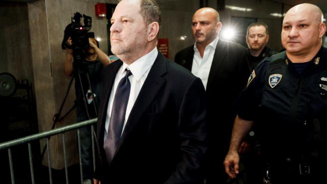 Harvey Weinstein (izq) llega al Tibunal Supremo del Estado de Nueva York.