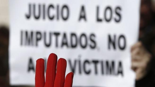 """Momento de la concentración ante el Palacio de Justicia de Navarra, donde se juzga a 'La Manada', con el lema """"¡Nosotras te creemos!"""", convocada por los colectivos feministas Lunes Lilas y Andrea."""