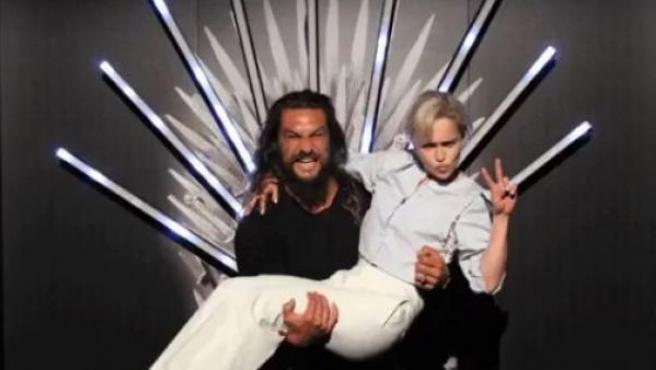 Los actores Jason Momoa y Emilia Clarke, que interpretan a Khal Drogo y Daenerys Targaryen en la serie 'Juego de Tronos'.
