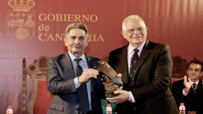 Revilla entrega a Borrell el premio Beato