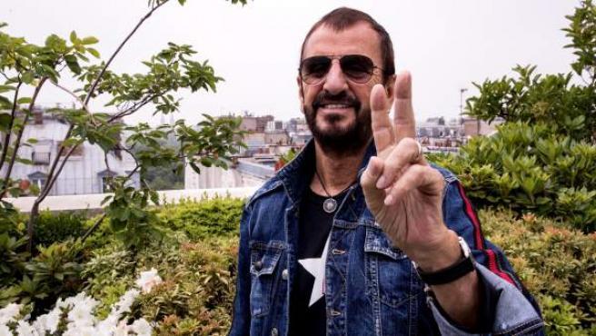 El músico británico Ringo Starr, posa para los fotógrafos mientras da una rueda de prensa antes del inicio de su gira europea en París.