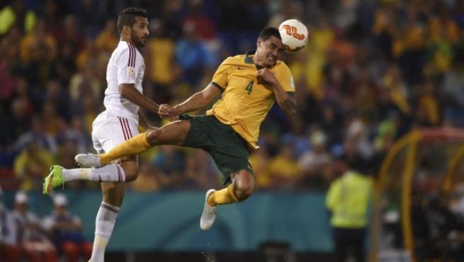 El australiano Tim Cahill (dcha) remata de cabeza ante el emiratí Ali Mabkhout en la Copa de Asia.