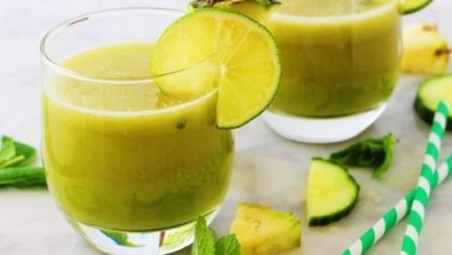 Licuado de manzana, piña, menta y limón.
