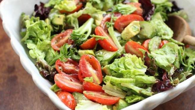 Ensalada a base de un variado de lechugas, tomates cherry, aguacate y condimentado con aceite de oliva virgen extra, pimienta y una pizca de sal.